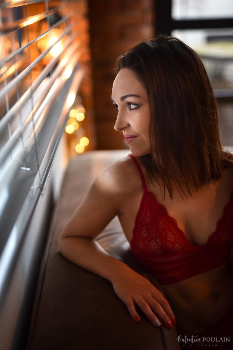 Boudoir lingerie rouge fenetre - Valentine Poulain