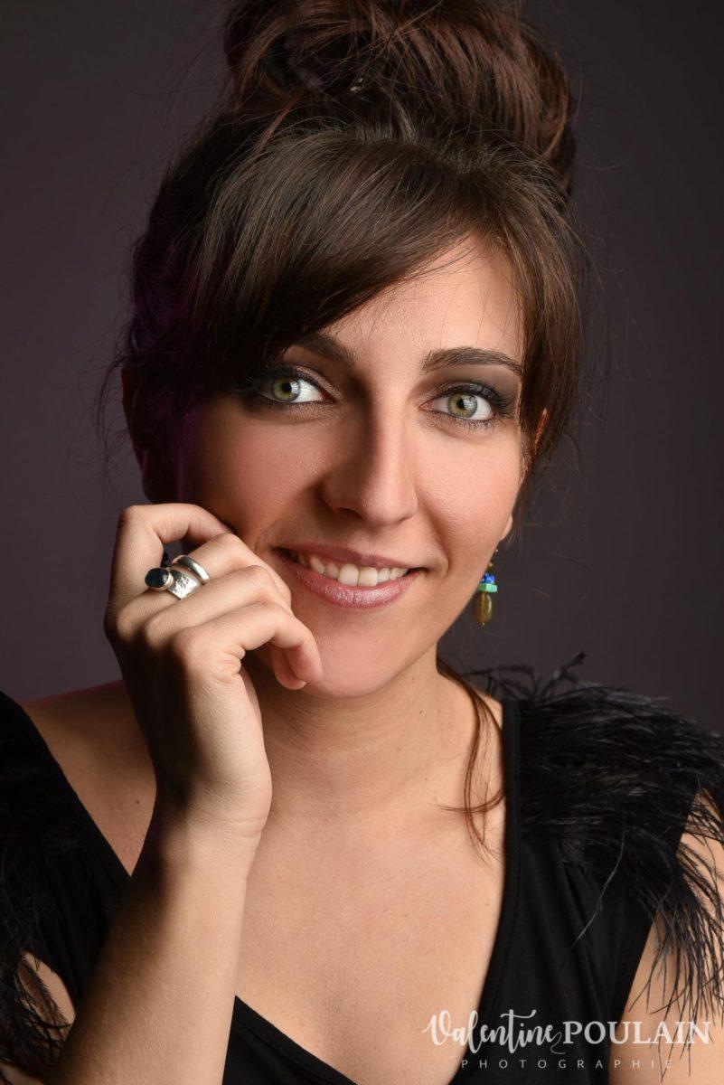 Shooting portrait studio Anais sourire - Valentine Poulain