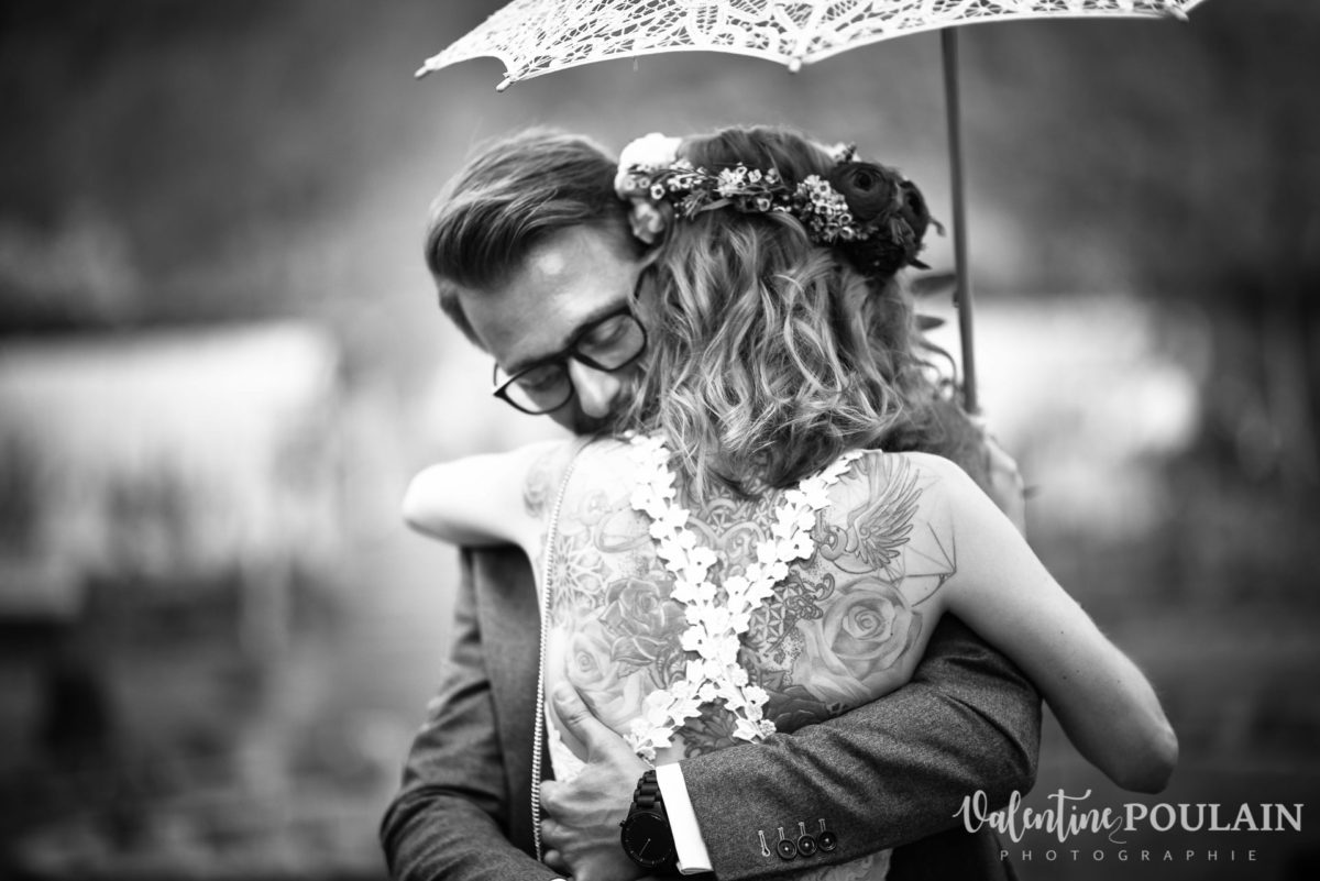 Mariage hippie funky - Valentine Poulain câlin