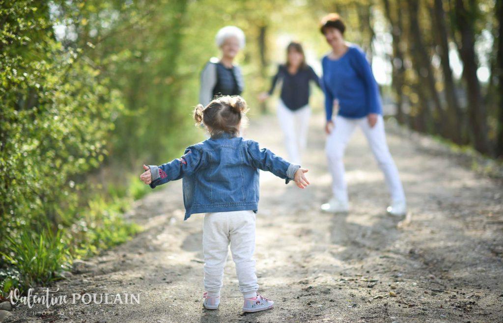 Shooting famille 4 générations femmes câlins