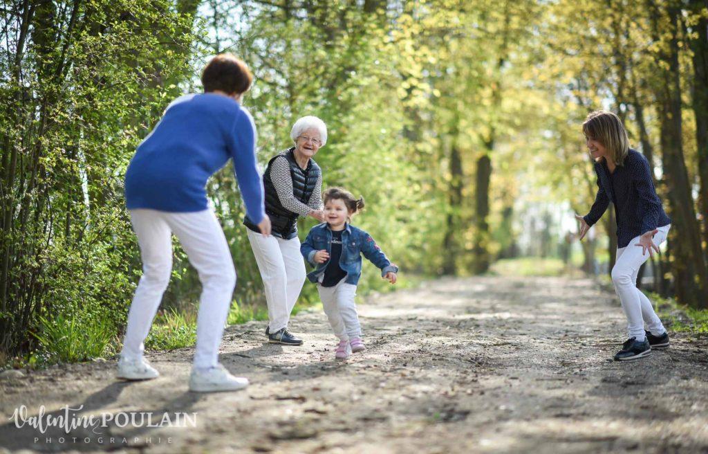 Shooting famille 4 générations femmes courir