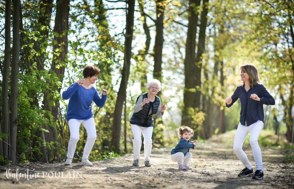 Shooting famille 4 générations femmes danse des canards