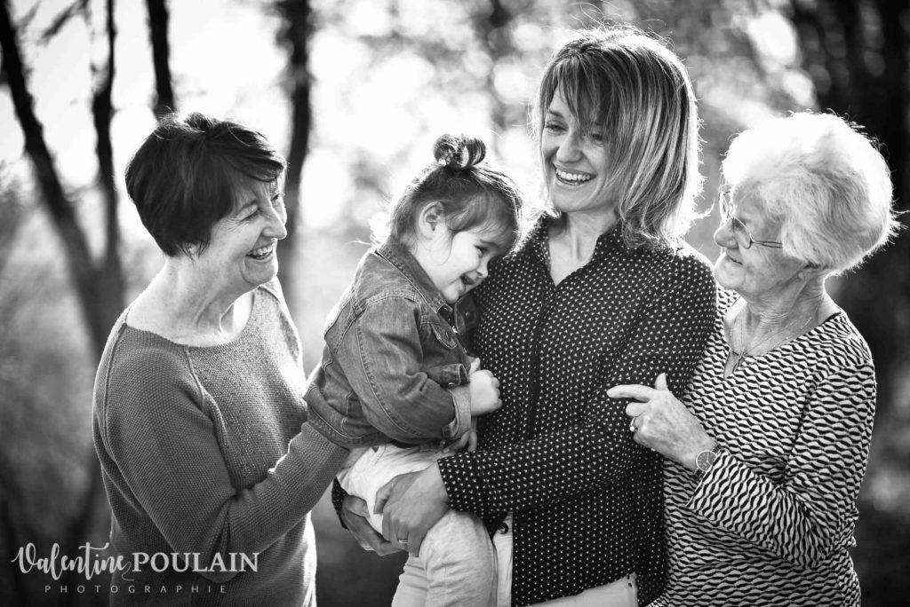 Shooting famille 4 générations femmes rires