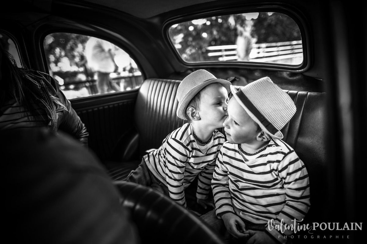 Shooting famille voiture ancienne fiat 500 bisous