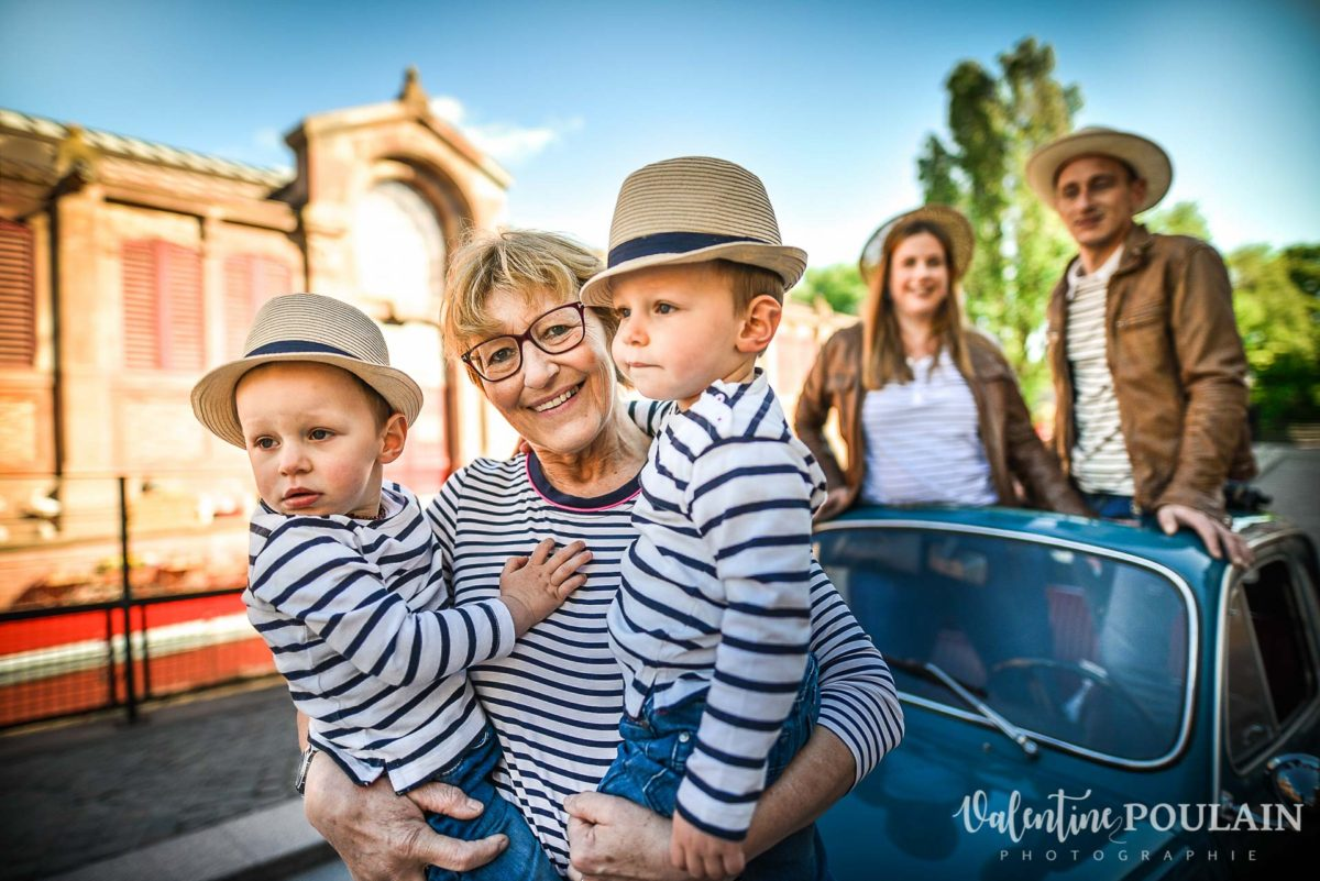 Shooting famille voiture ancienne fiat 500 mamy
