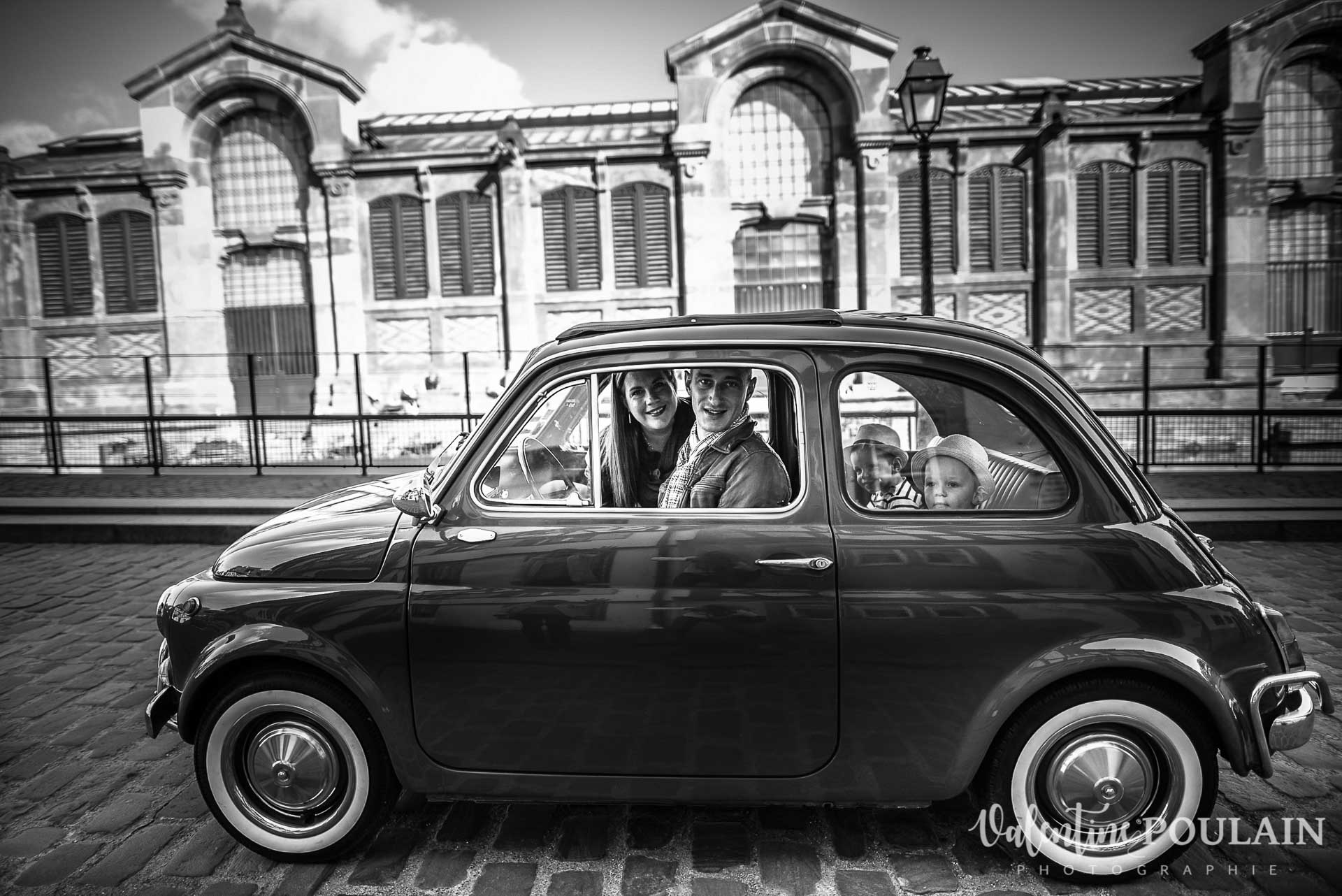 Shooting famille voiture ancienne fiat 500 marché couvert