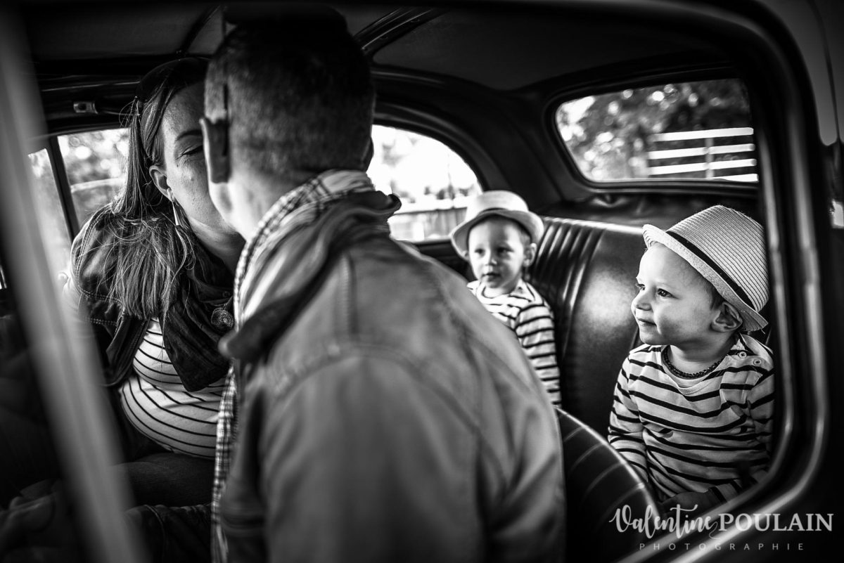 Shooting famille voiture ancienne fiat 500 regards