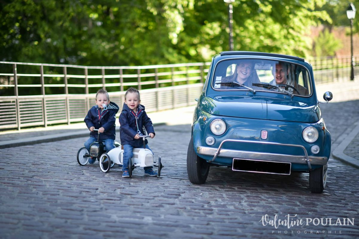 Shooting famille voiture ancienne fiat 500 course