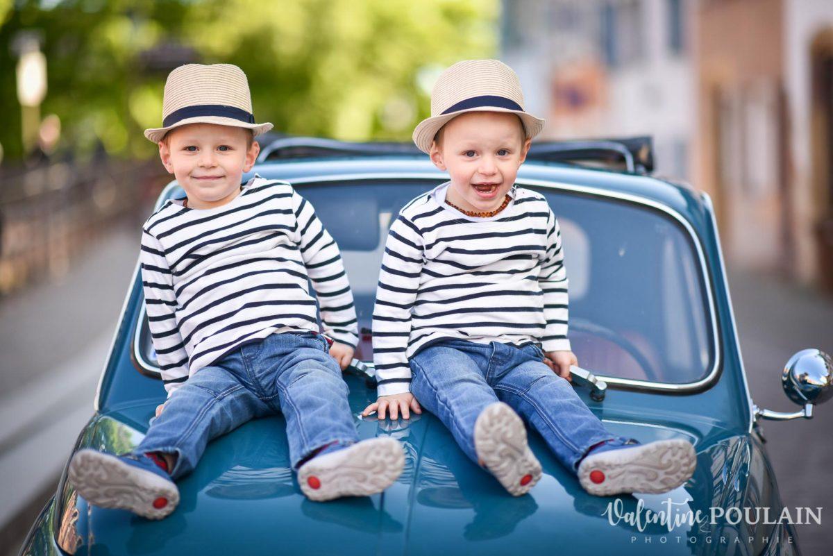 Shooting famille voiture ancienne fiat 500 jumeaux
