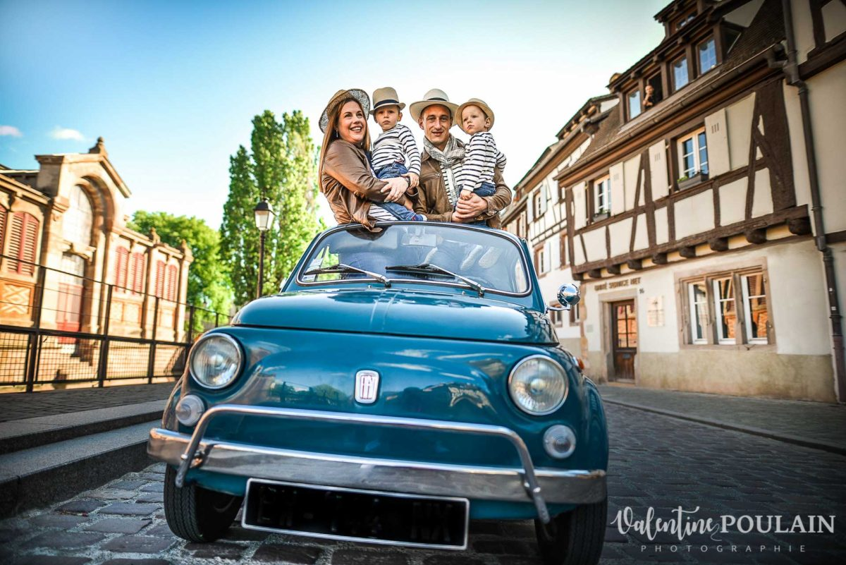 Shooting famille voiture ancienne fiat 500 toit