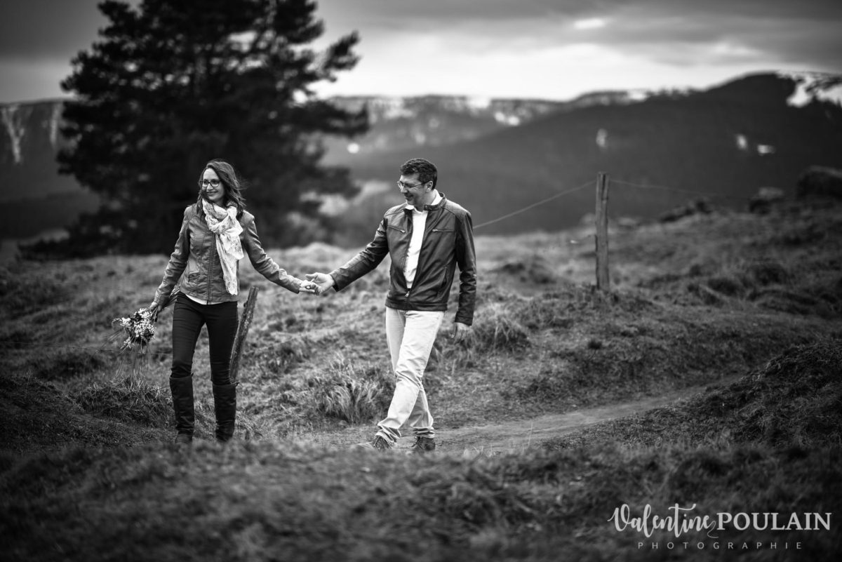 Shooting save the date montagne - Valentine Poulain marcher