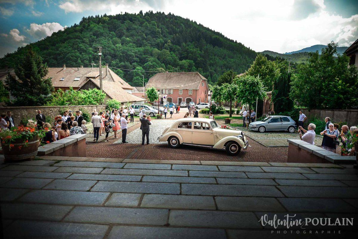 Mariage émotions famille église voiture - Valentine Poulain