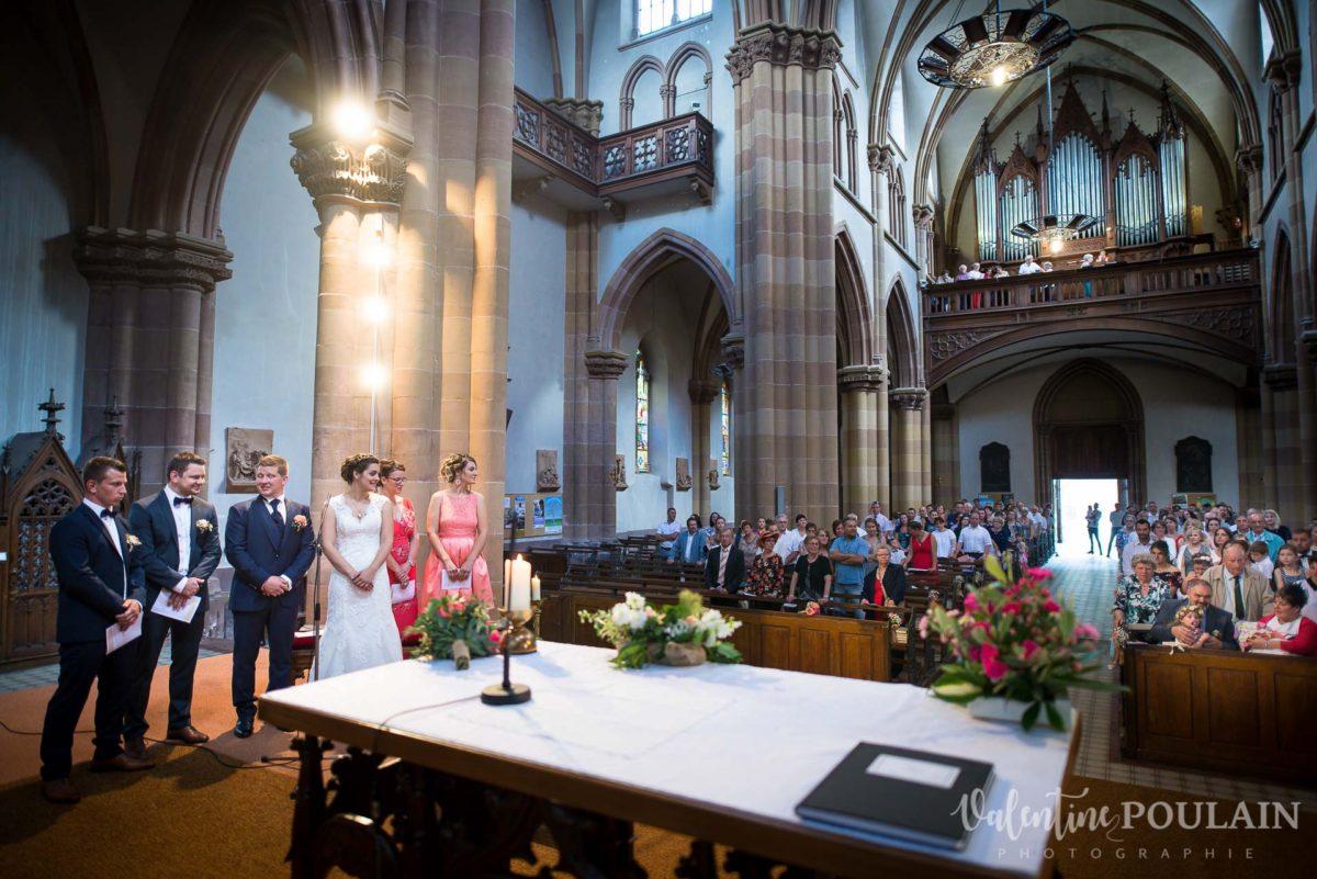 Mariage émotions famille église vue - Valentine Poulain