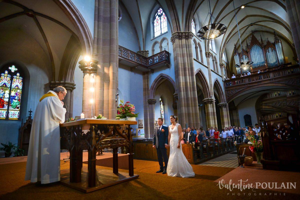 Mariage émotions famille église - Valentine Poulain
