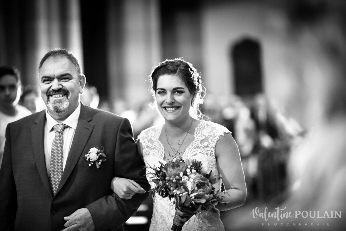 Mariage émotions famille entrée mariée - Valentine Poulain