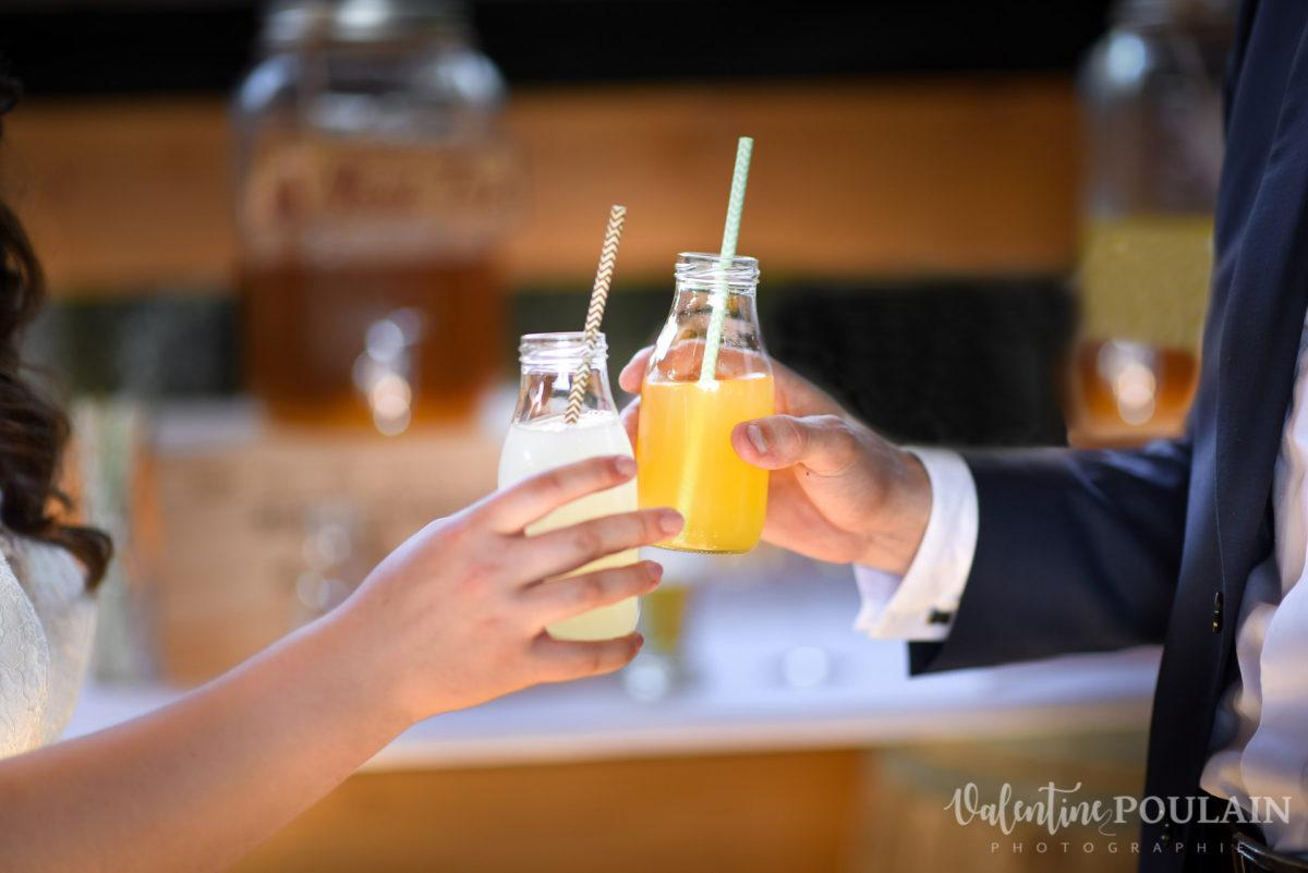 Mariage grange trinquer jus - Valentine Poulain