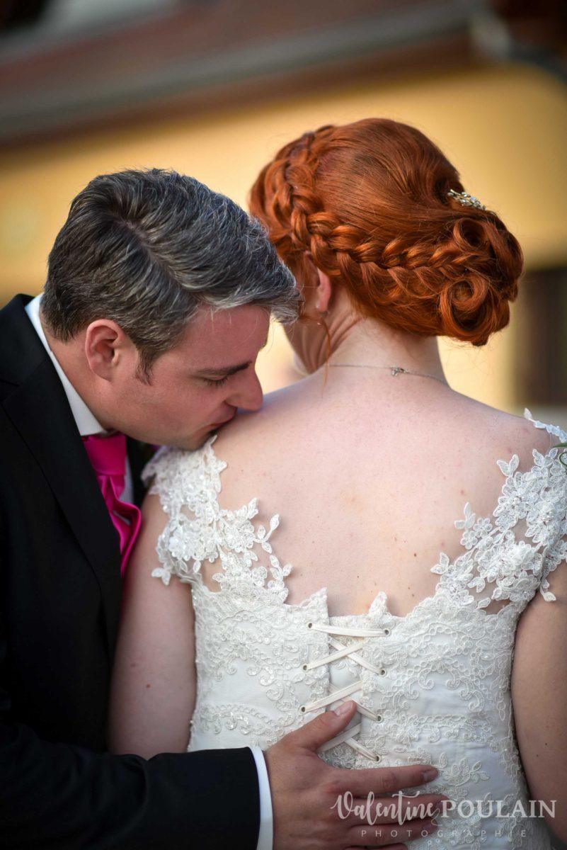 Mariage joyeux vert rose table couple - Valentine Poulain