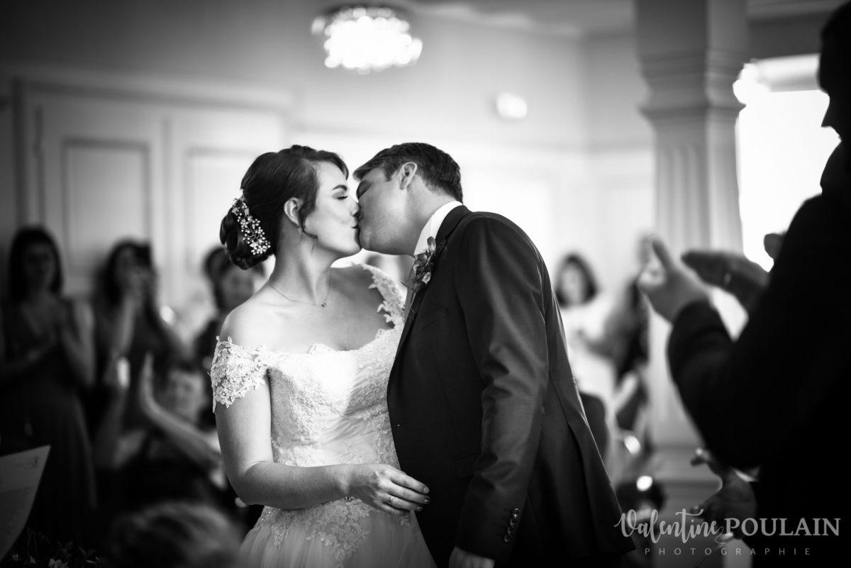 Mariage joyeux vert rose baiser - Valentine Poulain