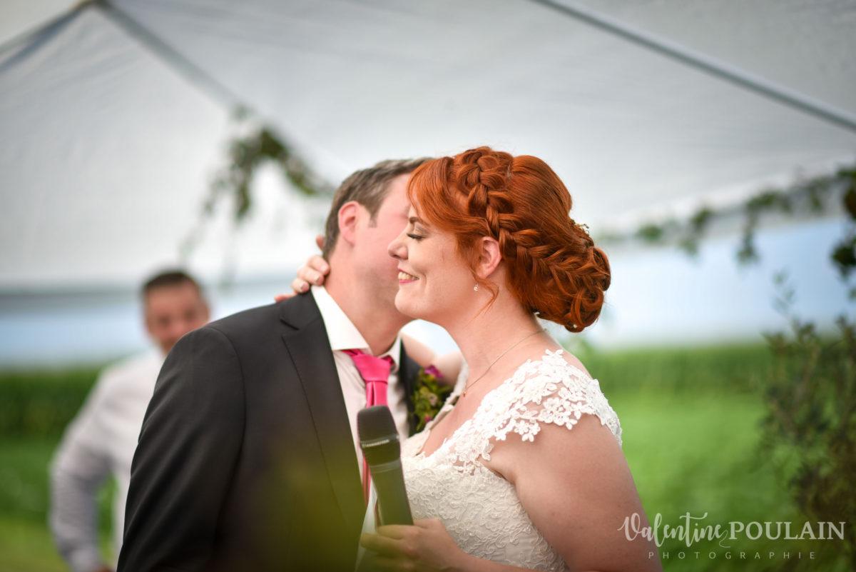 Mariage joyeux vert rose bisous joue- Valentine Poulain