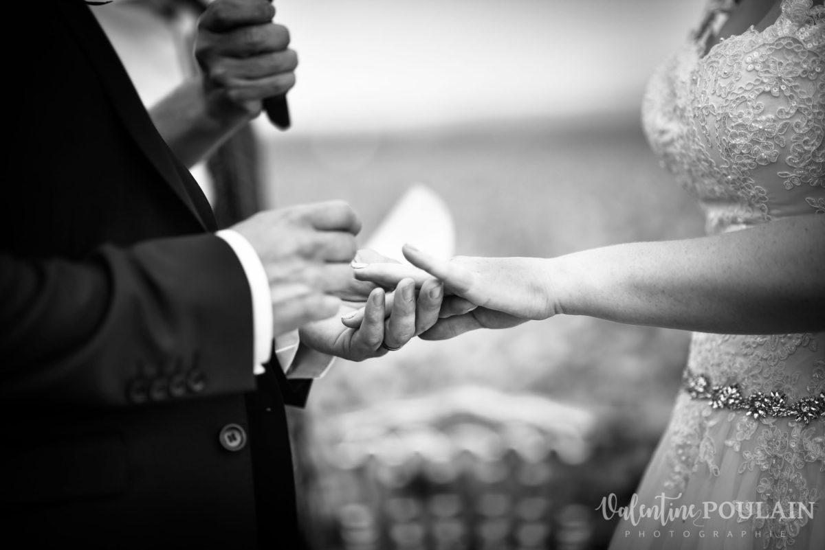 Mariage joyeux vert rose alliances - Valentine Poulain