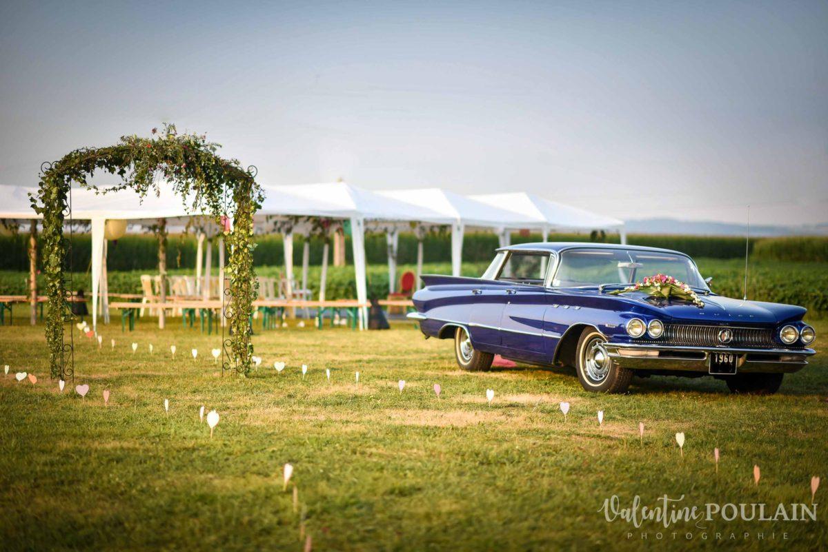 Mariage joyeux vert rose voiture ancienne - Valentine Poulain