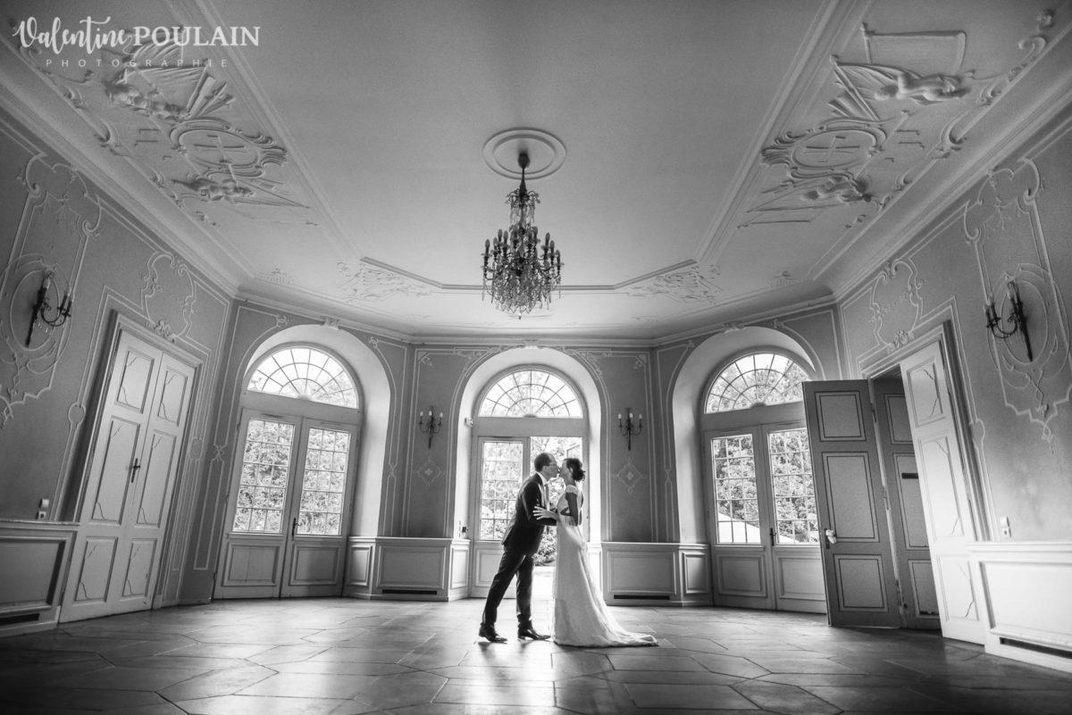 Mariage musée papier peint - Valentine Poulain bisou