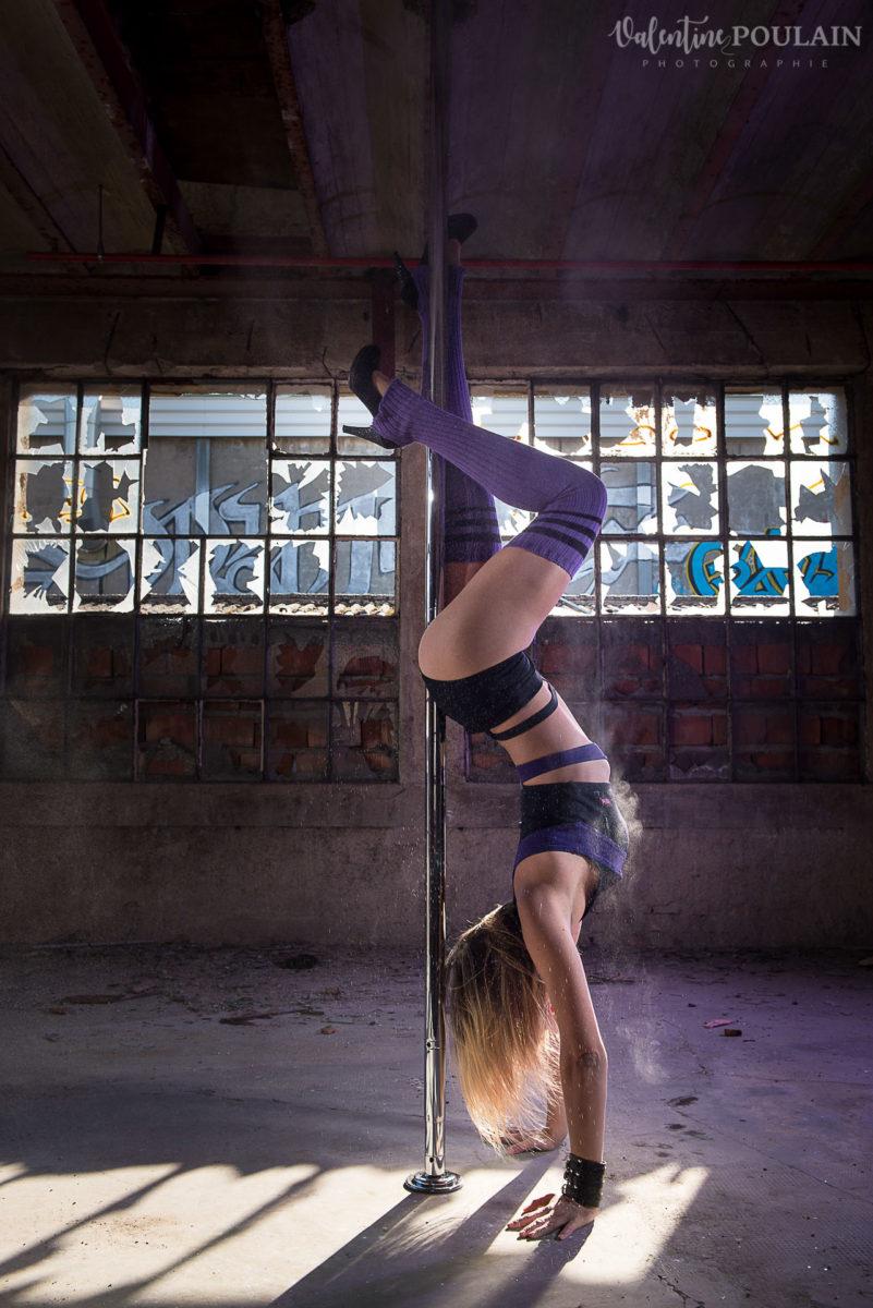 Shooting photo Pole Dance - Valentine Poulain handstand