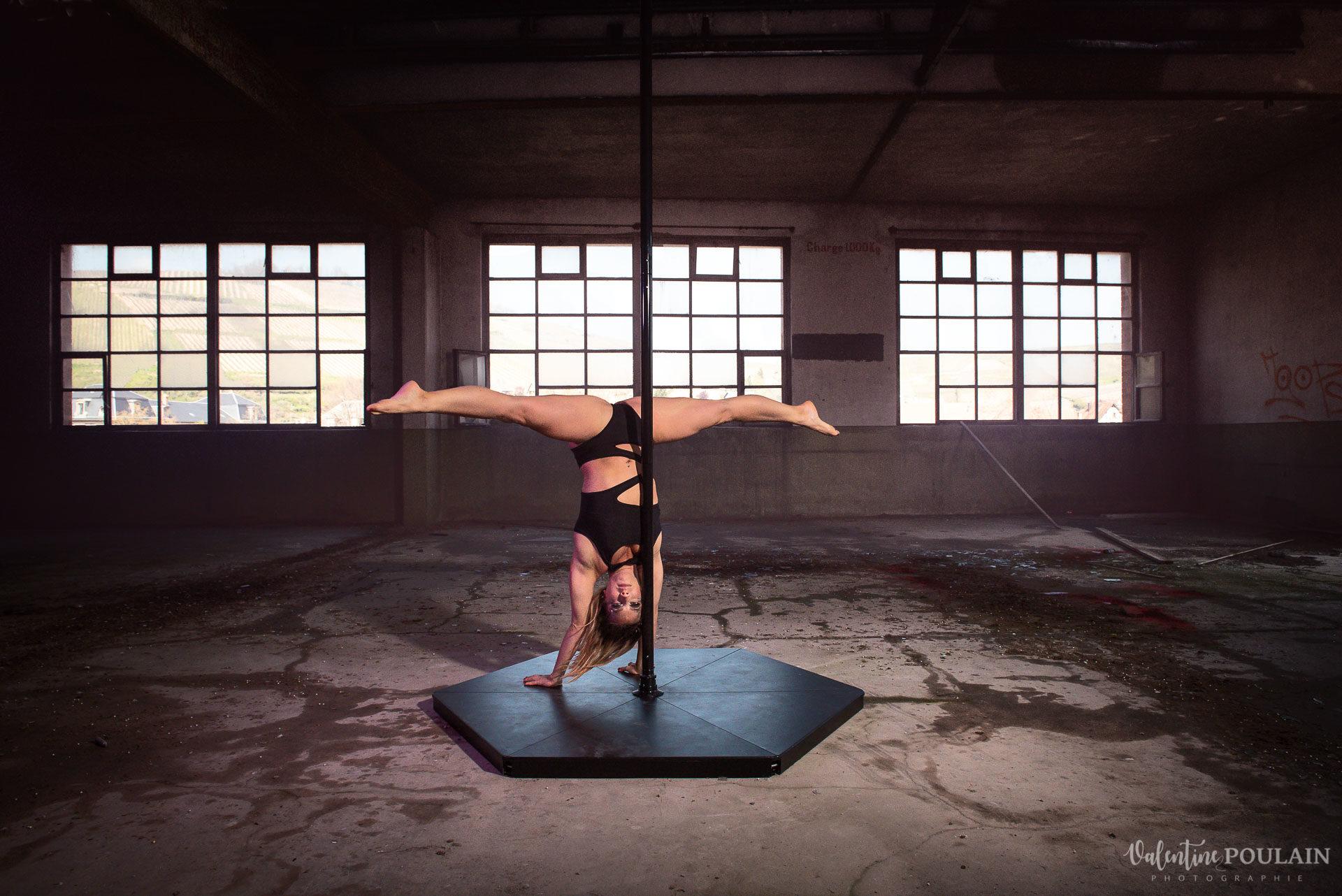 Shooting Pole Dance gymnastique - Valentine Poulain handstand
