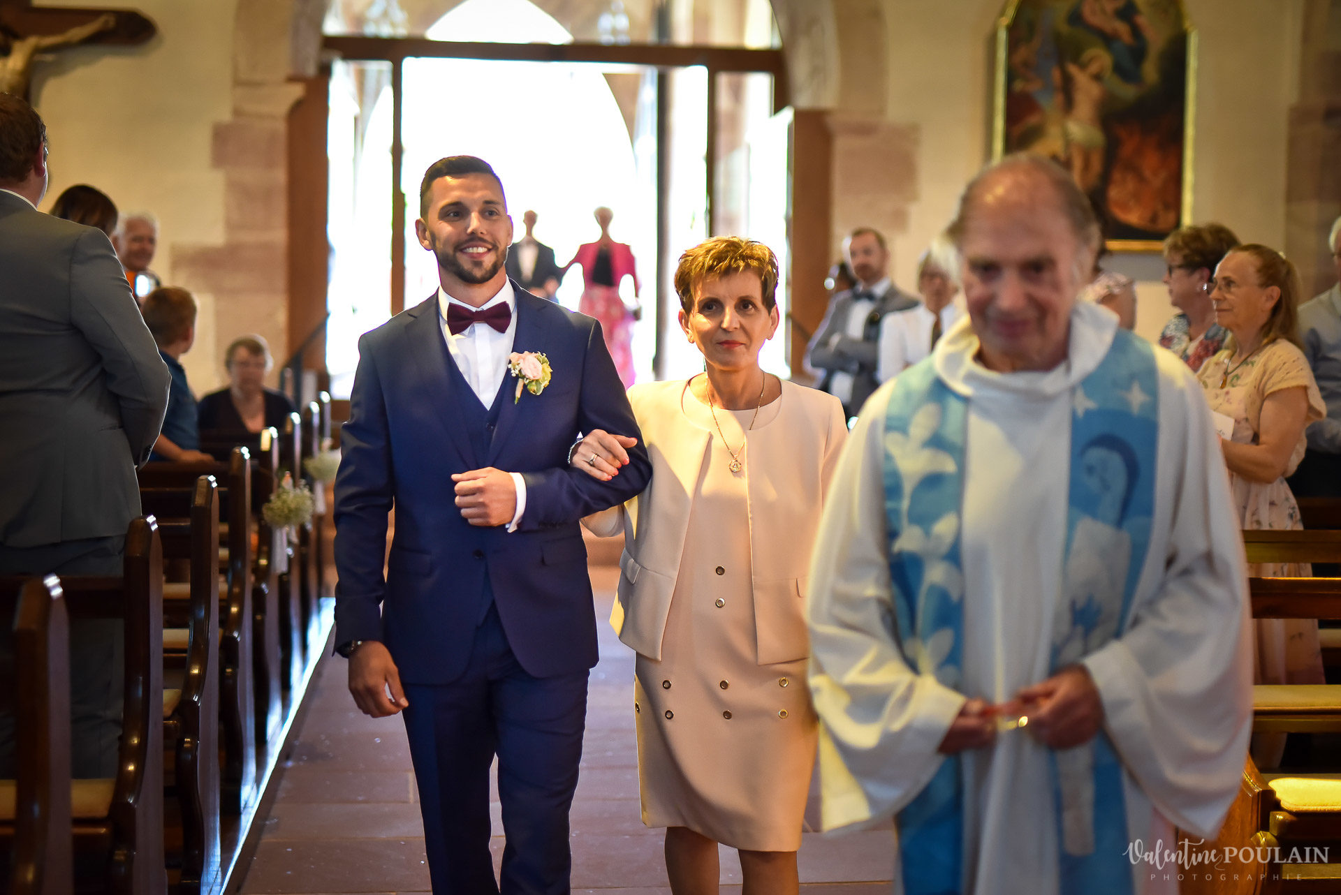 Mariage fun Petit Wettolsheim - Valentine Poulain entrée église