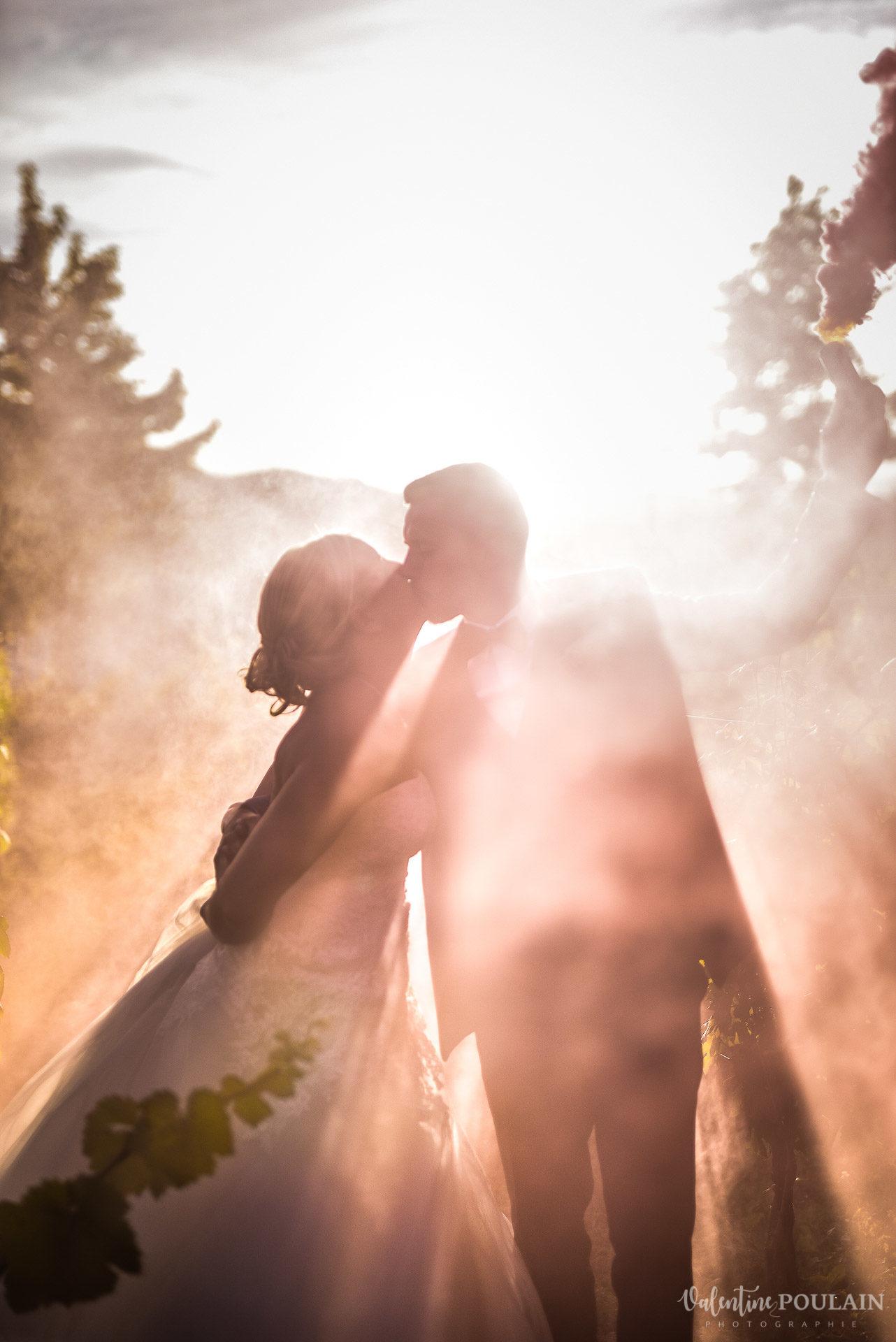 Mariage fun Petit Wettolsheim - Valentine Poulain sunset smoke bomb