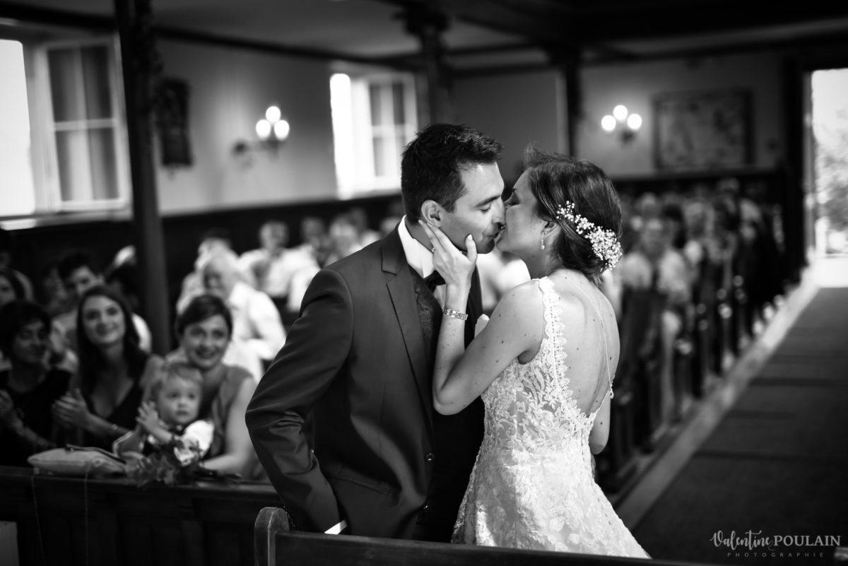 Mariage romantique Domaine Beaupré - Valentine Poulain baiser