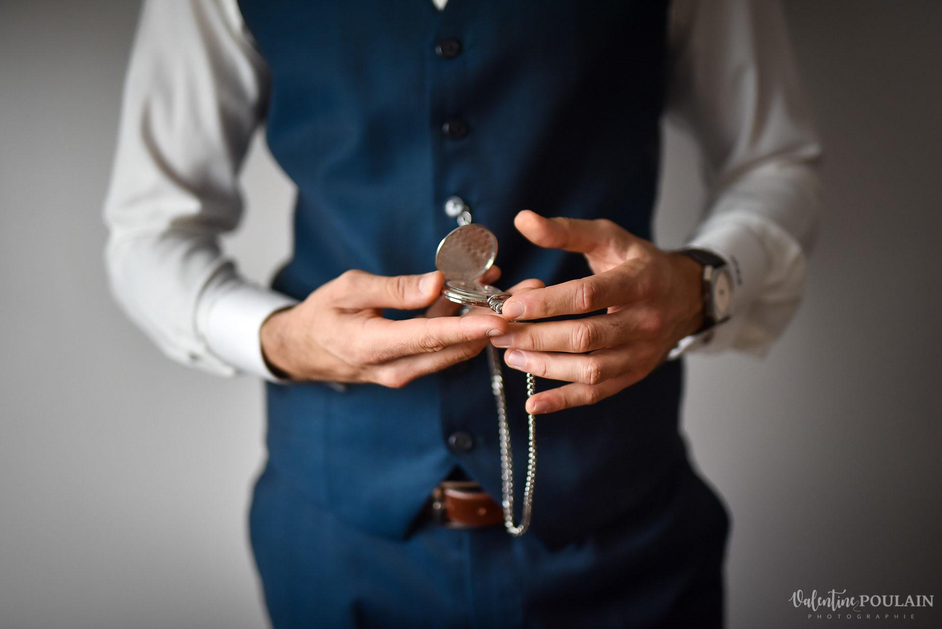 Mariage lieu insolite Paris -Valentine Poulain préparatif hommes montre gousset