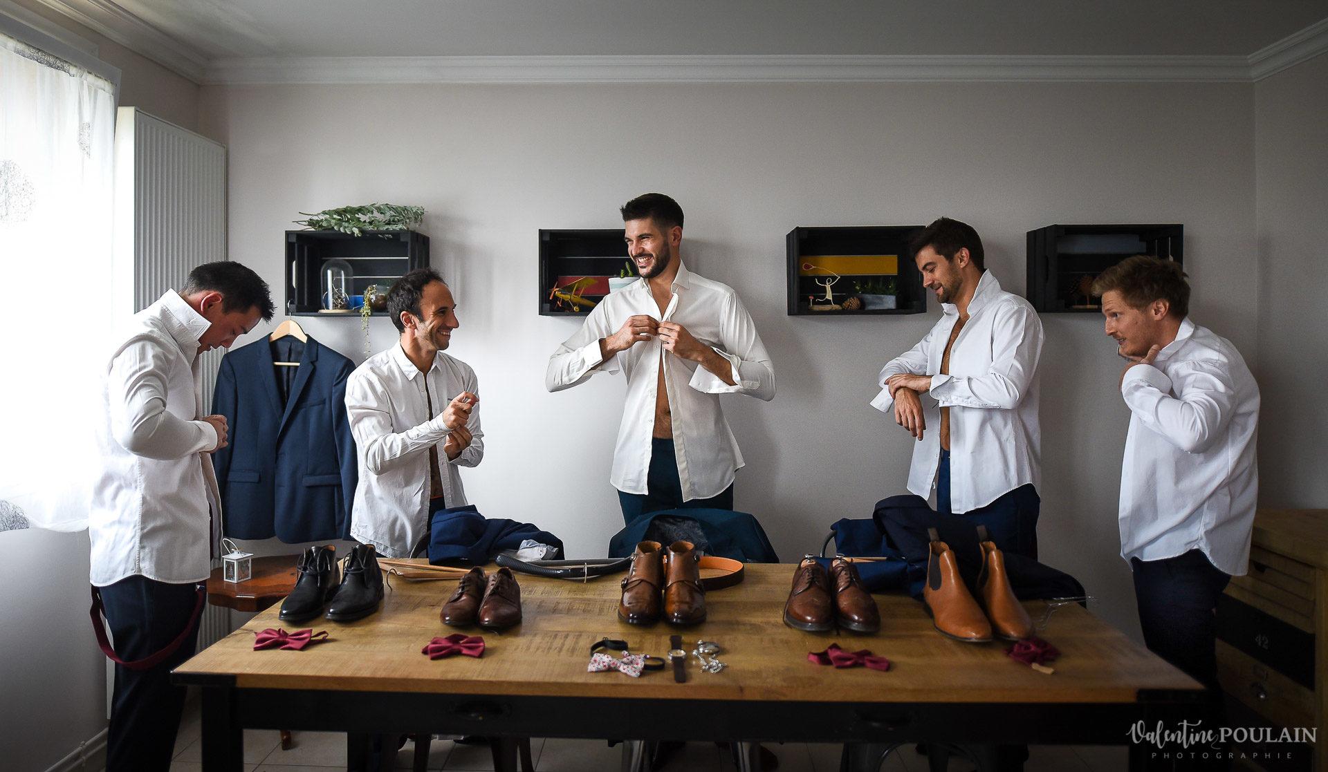 Mariage lieu insolite Paris -Valentine Poulain préparatif hommes chaussure