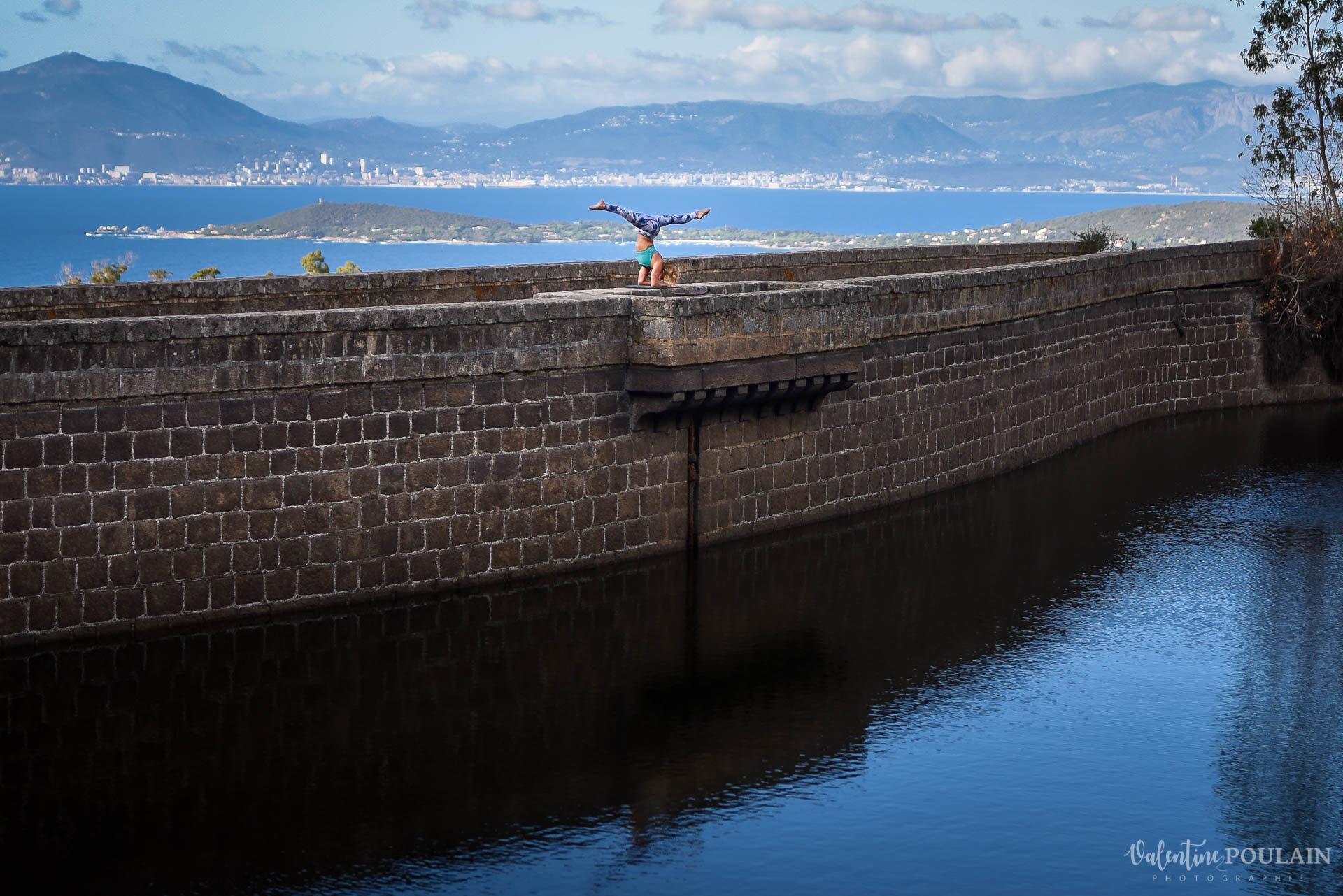 Shooting pole dance Corse Portrait - Valentine Poulain barrage pont