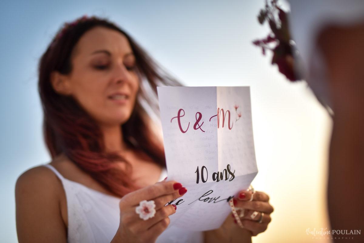 Shooting photo day after Santorin - Valentine Poulain lire lettre