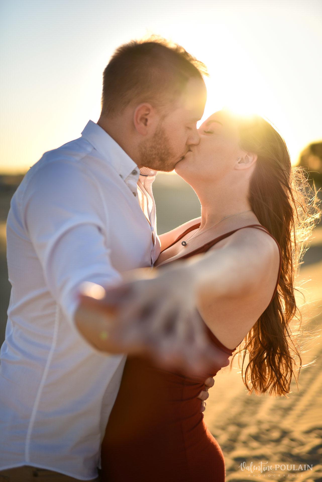 Demande en mariage Désert Dubaï - Valentine Poulain baiser