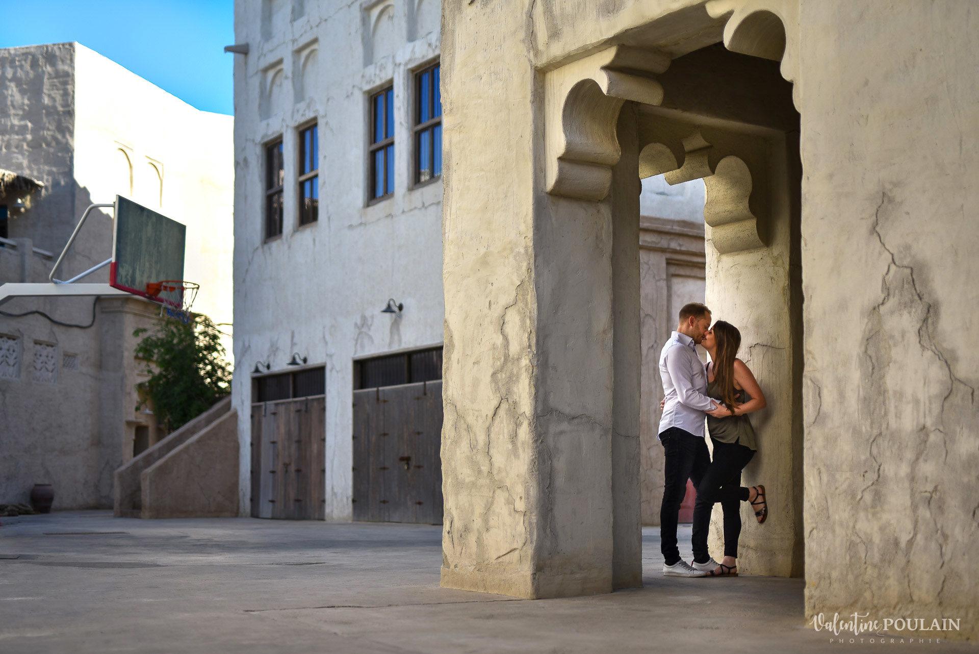 Demande en mariage Désert Dubaï - Valentine Poulain embrasser