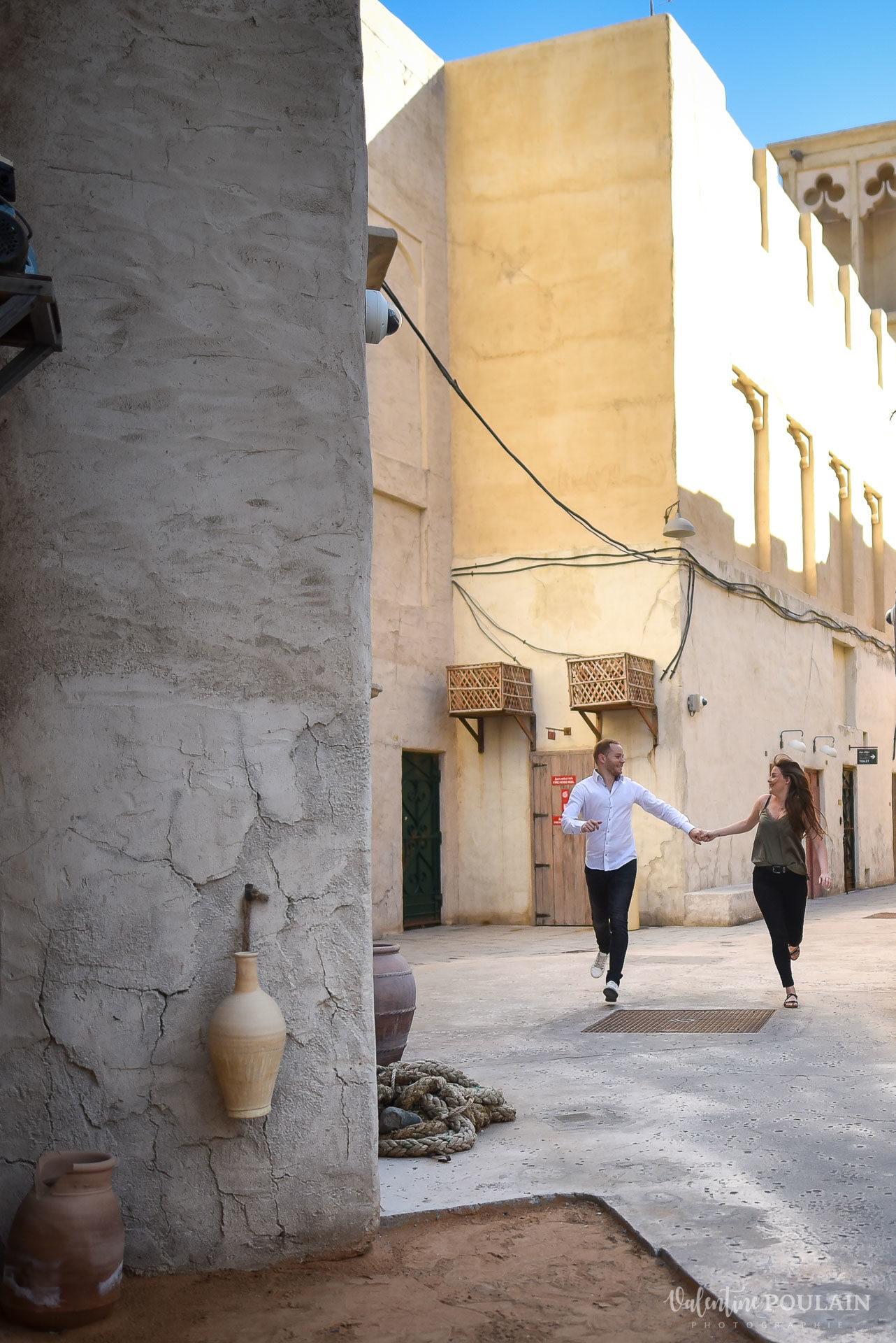 Demande en mariage Désert Dubaï - Valentine Poulain dévaler