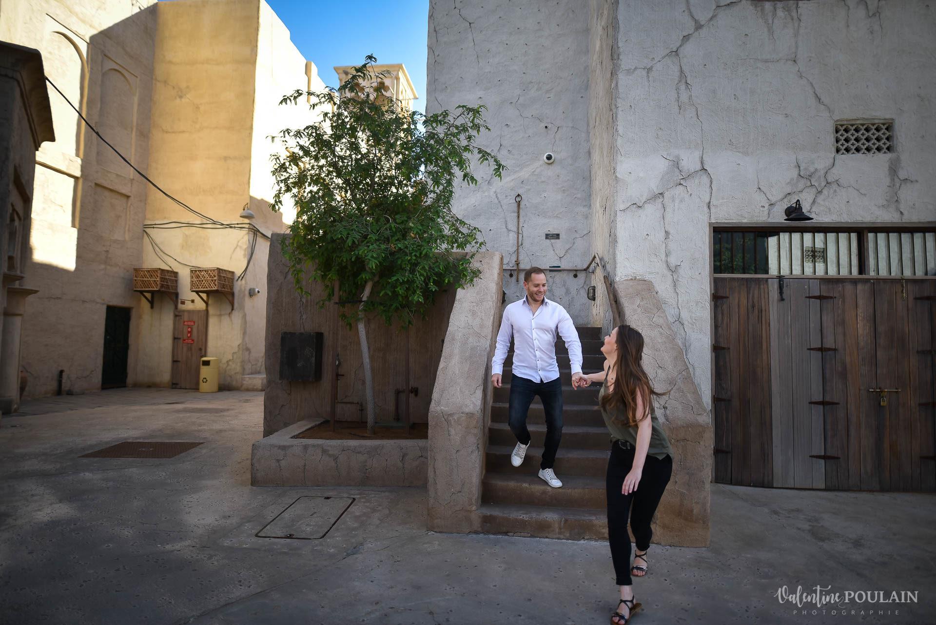 Demande en mariage Désert Dubaï - Valentine Poulain escalier