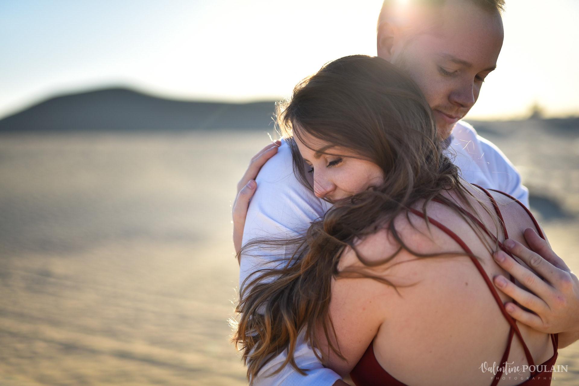 Demande en mariage Désert Dubaï - Valentine Poulain serrer