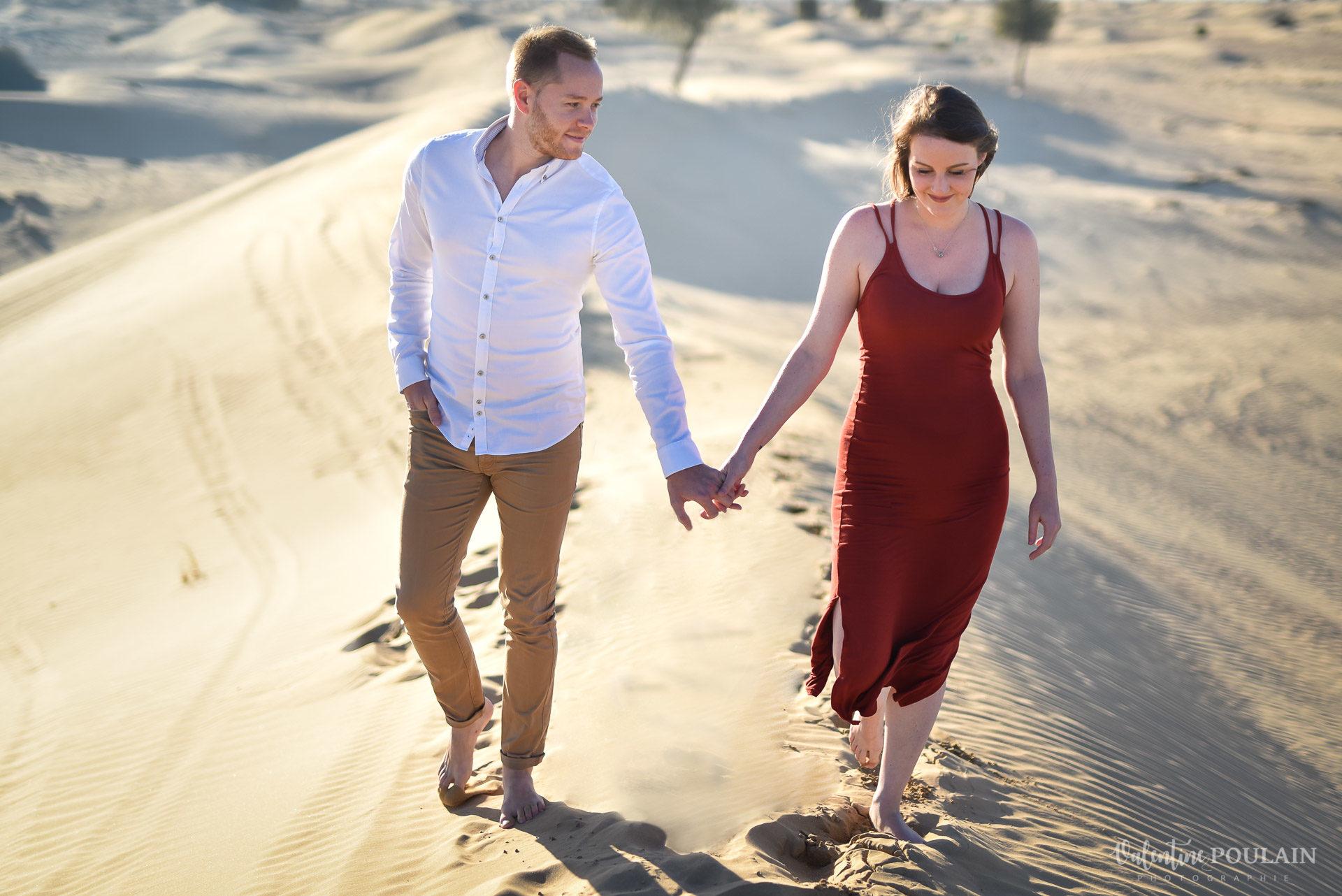 Demande en mariage Désert Dubaï - Valentine Poulain marcher