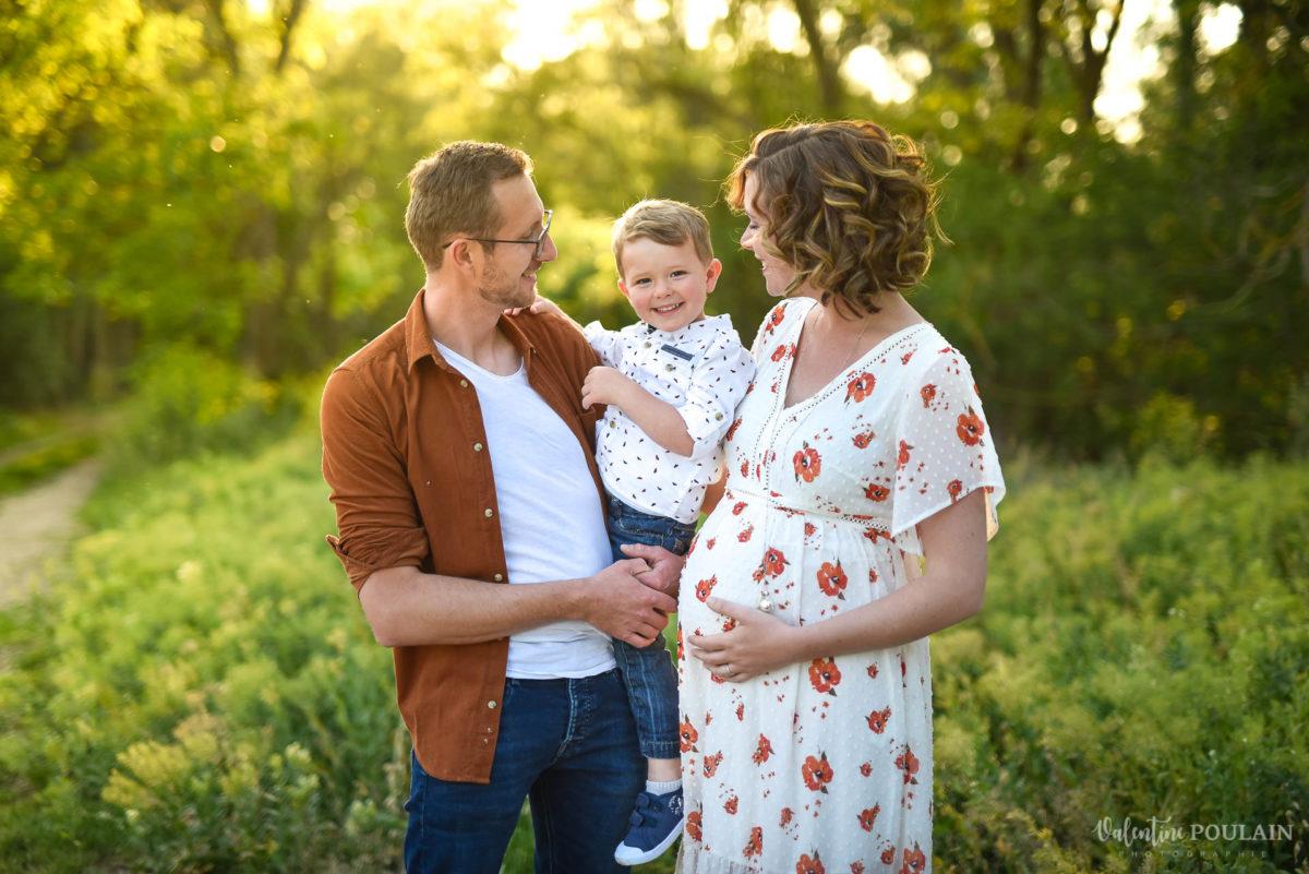 Seance grossesse famille coucher soleil regards  - Valentine Poulain