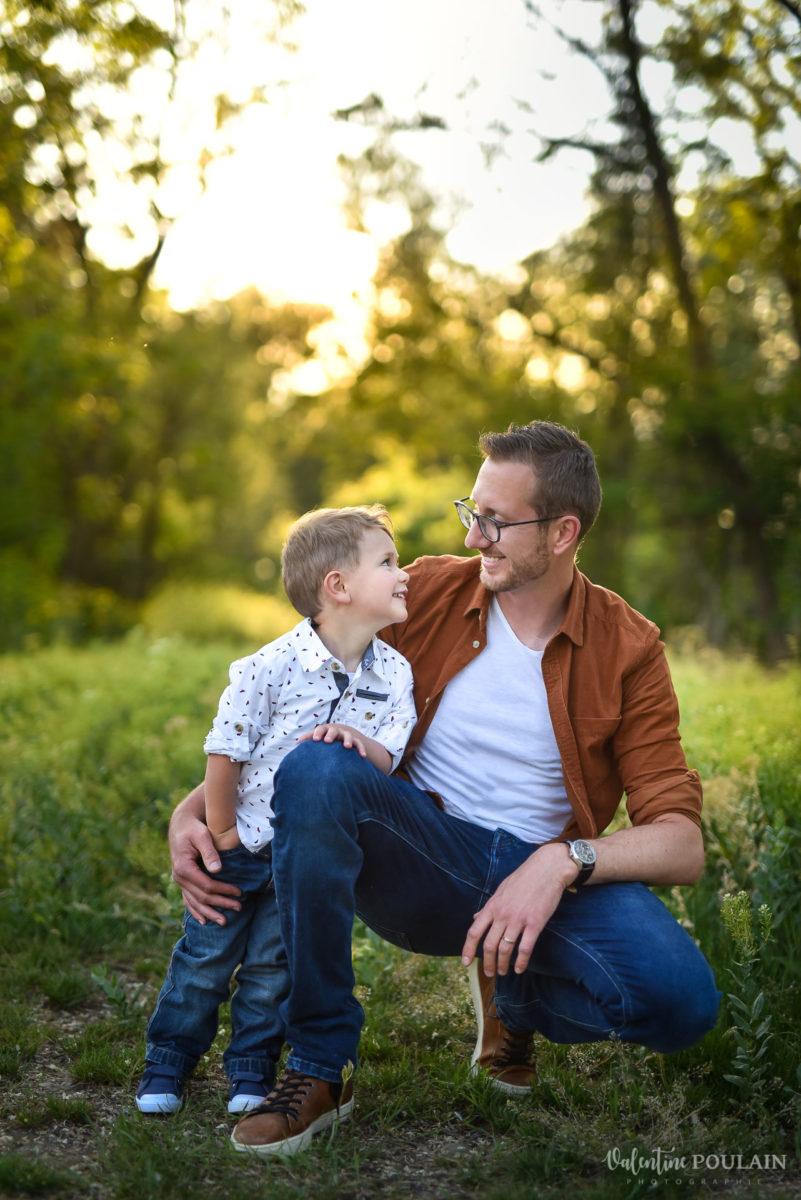 Seance grossesse famille coucher soleil père et fils - Valentine Poulain