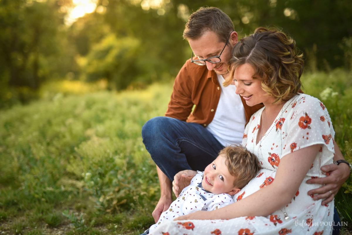 Seance grossesse famille coucher soleil couchés - Valentine Poulain