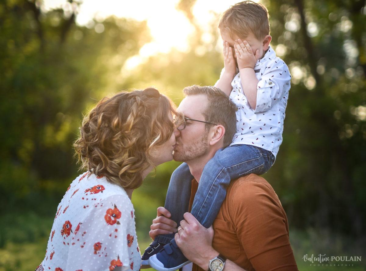 Seance grossesse famille coucher soleil bisou - Valentine Poulain