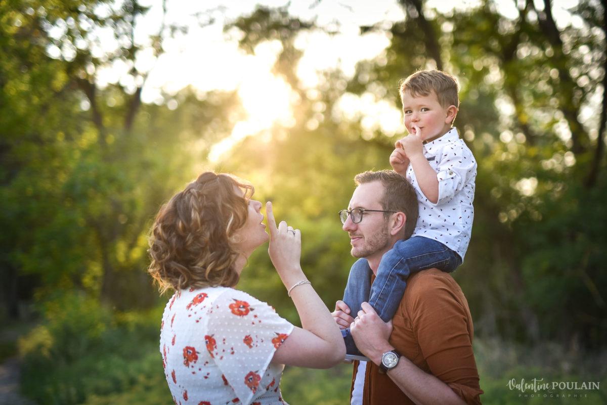 Seance grossesse famille coucher soleil chut - Valentine Poulain