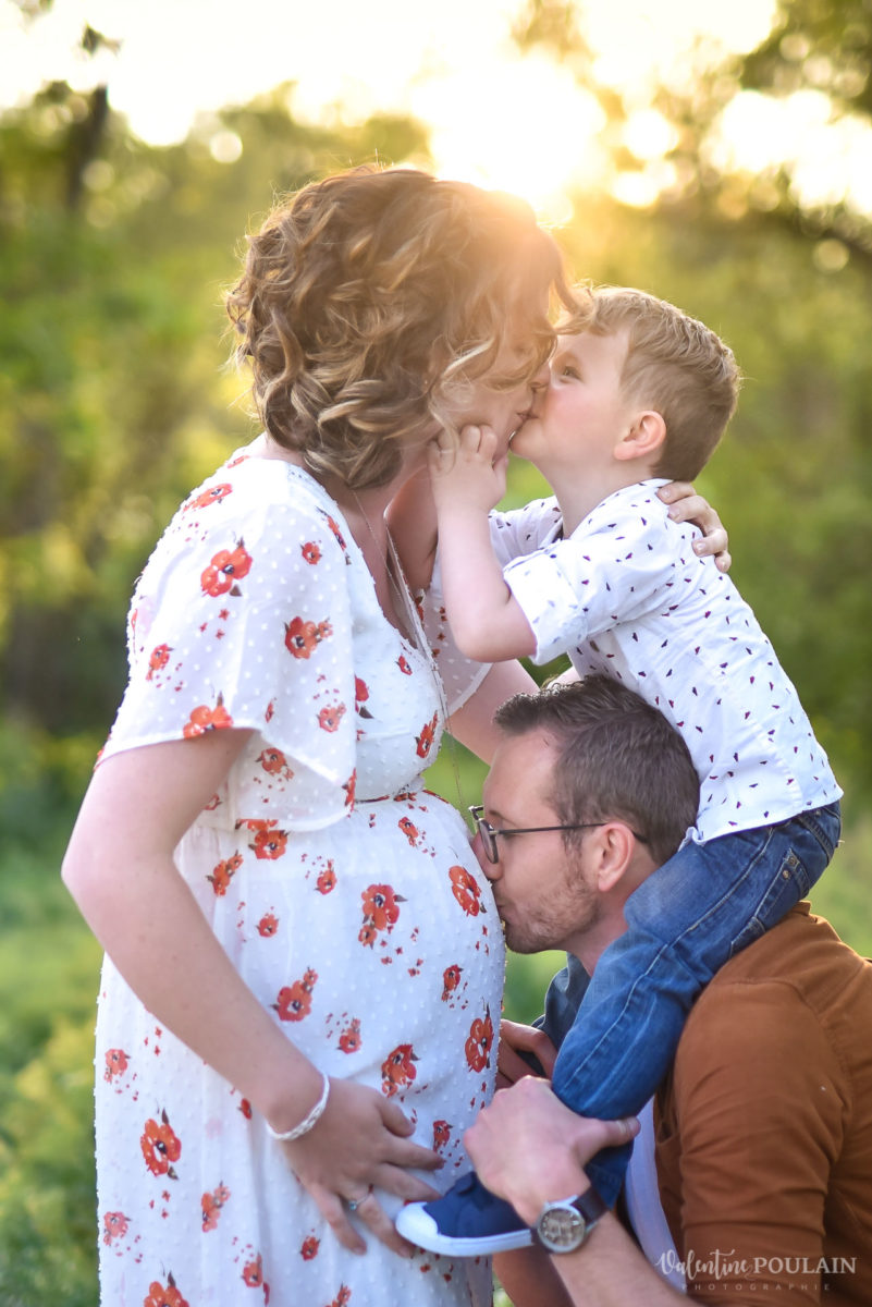 Seance grossesse famille coucher soleil bisous - Valentine Poulain