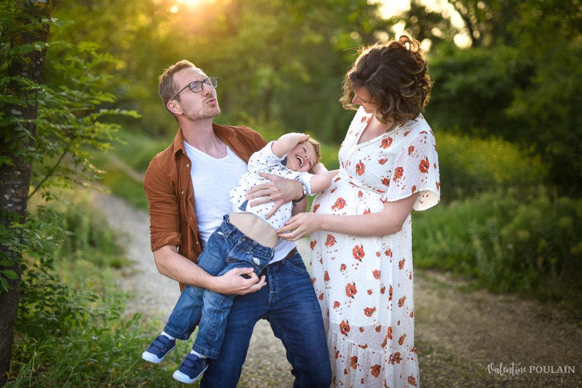Seance grossesse famille coucher soleil chatouilles - Valentine Poulain