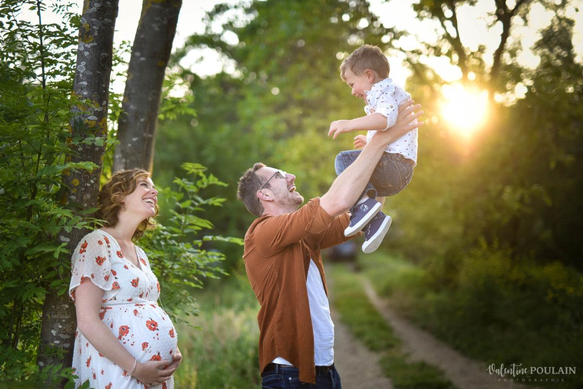 Seance grossesse famille coucher soleil saut - Valentine Poulain