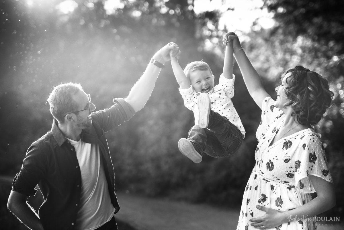 Seance grossesse famille sauter haut - Valentine Poulain
